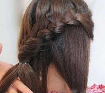 简单斜编鱼骨辫编发教程图解 编发 发饰打造清新甜美发型