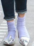 街拍时尚达人示范 秋季女装搭配短袜才够时髦