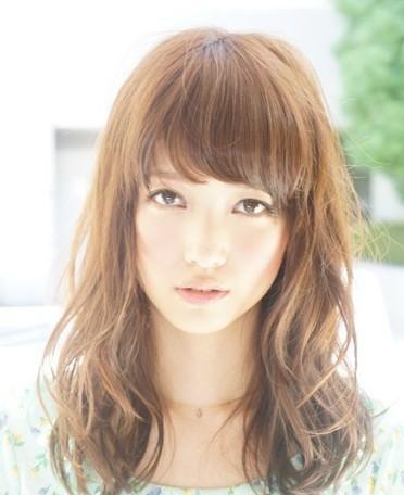 大脸适合什么发型 齐刘海波浪大卷最显瘦