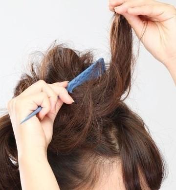 接着把头发分成上下两份,用黑色的皮筋扎成普通的马尾辫,效果如图所示