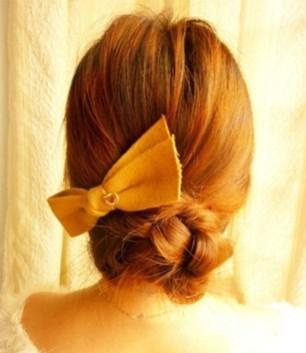 美容 美发 盘发发型  步骤1:将头发分成两部分,耳际以上的发丝,用黑色图片