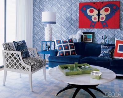 让家更温暖的软面嵌板 现代风格的卧室,沙里宁扶手椅和特别定做的床头桌风格简洁中呈现统一,床头的墙壁软面嵌板为高贵的深紫色,白色花束和摇臂台灯,典雅不失时尚感。  用墙纸和挂毯装饰墙壁 这个可爱的小房间以浅蓝色调为主,仿古图案墙纸与地面装饰互相呼应,让整体风格更加强烈,红蓝相间的蝴蝶挂毯占据了最显眼的视觉中心,色彩、图形的穿插融合活跃家居空间、丰富家人的心情。