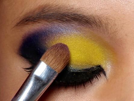 先使用紫色眼影在后眼尾的位置用倒勾的方式晕染过渡