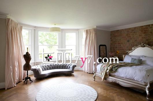 设计重点:飘窗设计 大户型卧室不是摆很多东西才能温馨哦。这间卧室非常大气豪华,大大的半弧形飘窗,让房间的采光度很好,立显宽敞概念又能拓展眼界。外加粉色窗帘的点缀,营造出一种浪漫奢华的舒适感。与飘窗同形的半弧形沙发,很优雅。  设计重点:布局对称美 坚持采用简约风格的设计,整个房间没有过多的装饰,都是采用最简单原始的格局,却也没有让人觉得单调。