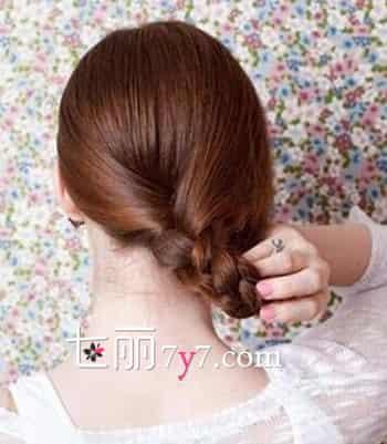 然后将头发分成三等份,在脑后开始编织三股麻花辫,发尾处用黑色皮筋图片