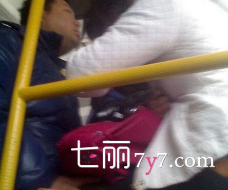 最新公交车咸猪手实拍 狂摸女子大腿内侧竟不声张高清图片
