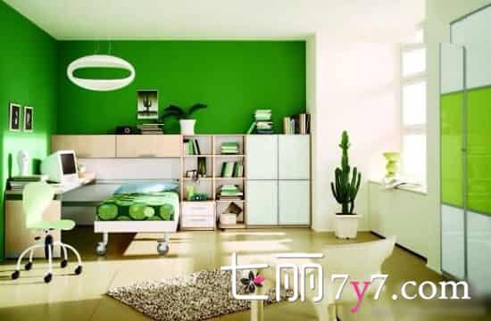 设计欣赏:这件儿童房的用色,用到了浅绿、墨绿和与绿色接近的暖黄色,通过不同的色调,营造出空间清新自然的感觉。翠绿的墙面,嫩绿的橱柜门,充满了自然清新的气息。  设计欣赏:现在小清新的风格日渐流行,儿童房装修设计当然也不例外,以白色和绿色为主,构成空间主要色调,纯净的白色及清爽的绿色,加上良好的采光条件,让孩子在光亮的环境中,性格更加爽朗。