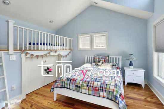 在浮躁的都市生活中,每天下班后都渴望得到休息。家有阁楼的人不妨选择田园风格的设计装修,下班后在阁楼上小睡一会或是搬花弄草,都能使人忘却一天的劳累。下面一些阁楼装修效果图,来看看吧!  白净鲜花阁楼 设计欣赏:白色的墙壁给人纯净的感觉,将这个小巧的空间,不断的用东西隔断,完美的融合出一个宽敞的中心点。一扇窗透出光,照在紫色的装饰物上,整个空间看起舒心起来。  清新蓝色阁楼 设计欣赏:淡雅的清新蓝色与白色搭配,使整个房间散发出清爽之气,床的一侧做成上下两层,上层为休息的地方,下层可以堆放杂物。木质的地板也升华