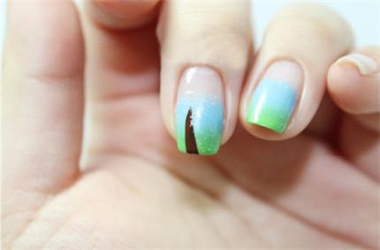 STEP 3: 将其印在指甲上,用巧克力色勾画出一条细线 ...