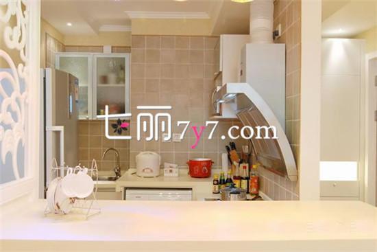 对于47平的小户型家居空间,怎么样将其最大化、最优化、最美化等理想设计展现出来呢?设计师巧妙的将玄关、更衣区、厨房、餐厅、卧室、书房、卫生间都用米白色或蓝色的色调来打造,让整体看上去清爽不杂乱。用户只需购置超级简洁的家居,就能让这款47平小户型显得敞亮无比。最为匠心独运的设计是设计师用书架将卧室和客厅分开,让阳光可以直射在书架上,让整个空间光线充足。  47平小户型厨房装修展示  47平小户型整体装修展示