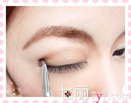 韩式超自然清新大眼妆  STEP1:涂上一层清透适合自己肤色的BB霜。将底妆打好后,使用深棕色眼影在眼窝位置涂抹出一个半圆的弧度,让眼睛看起来更深邃明亮。  STEP2:下眼皮眼尾处也使用深棕色眼影用小刷子涂抹好,进行打底。  STEP3:用小刷子沾取适量的闪光粉色眼影再次涂抹上眼皮眼窝1/3处,提亮色泽,让眼睛看上去更有神。