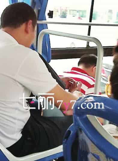 大妈公交车上用刀削脚指甲 盘点公车上咸猪手抠脚等不文明行为高清图片