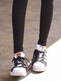 春季黑色紧身裤搭配什么鞋子 平底休闲鞋显瘦又活力