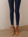 牛仔裤搭配什么鞋好看 系带高跟鞋散发女人味