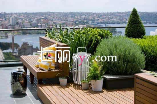 狭小的空间,其实只做好高低错落的布置,贴紧墙角摆放上自己喜欢的植物花卉,一个绝对私有的御花园就诞生了。足不出户也能欣赏到大自然中最可爱的色彩,呼吸到清新且带着花香的空气。  足够的露天阳台,可以布置成一个私人休闲区域哦。做一个小花坛,种上生命力的绿色植物,在周围设计几个长形靠背椅,撑上一把遮阳伞,闲适的露天环境即刻拥有。邀上三五好友,来个居家下午茶吧。 扩展阅读: