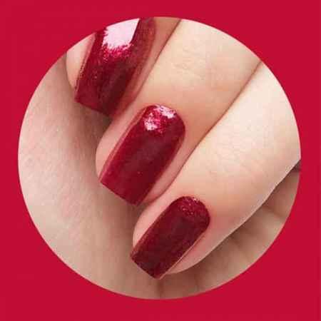 强烈的大红色指甲
