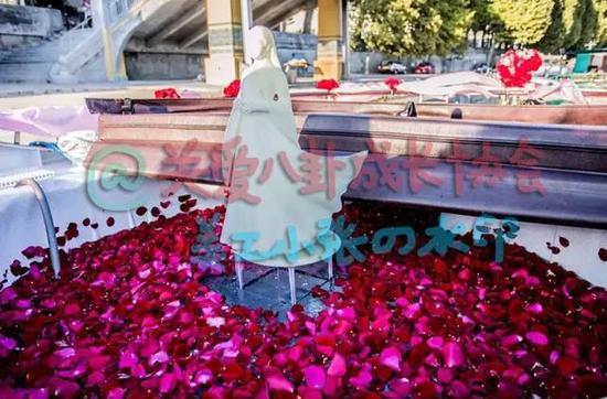 玫瑰花雕塑尽显浪漫