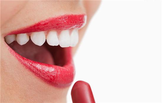 嘴唇干裂起皮是什么原因,嘴唇干裂起皮怎么回事,嘴唇干起皮是怎么回事