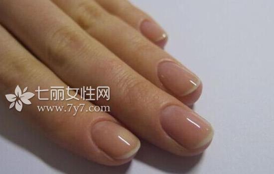 在涂指甲油之前和化妆的步骤一样,需要先涂抹一层底油来保护指甲底层.
