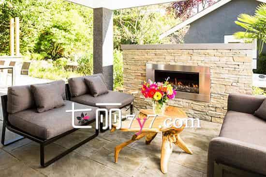 设计重点:室外独立壁炉 阳台选用深灰色布艺沙发最合适了,耐看又大气,看着就非常舒服,双向摆放围塑了休闲区,搭配上造型个性的木质茶几,为休闲区营造出一种独特的韵味。坐在这里闲谈,享受下午的惬意时光,真是太美好了。  设计重点:工业元素与原始风结合 沙发非常特别,让阳台空间更有韵味。怀旧的皮质沙发,靠背与扶手的位置,是采用具有工业特色的铁框支架,展现出十分独特的立体感,再配上原始复古风的桌子,视觉上的冲击使该区域充满魅力和韵味。 扩展阅读: