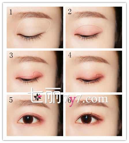 美容 彩妆 可爱妆容  步骤1 :使用象牙白色眼影在眼窝的位置大范围的