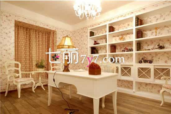 田园风格书房家具效果图LOOK1 美妙的雕刻使得家具更有韩式柔性魅力,细节十分出彩,让人印象深刻。白色为主的设计适合书房,加上向阳的窗户,让你的房间采光很好,在这里办公、写作是最佳的选择,不受打扰。  田园风格书房家具效果图LOOK2 这个书房以田园风格为主,营造出温馨浪漫的色彩,摒弃传统样板间式的奢华炫目,增添了更多家的温馨味道。暖暖的黄光让你感觉很温馨,白色的书桌简洁干净,后面的书架让你有更多的摆放空间。 扩展阅读: