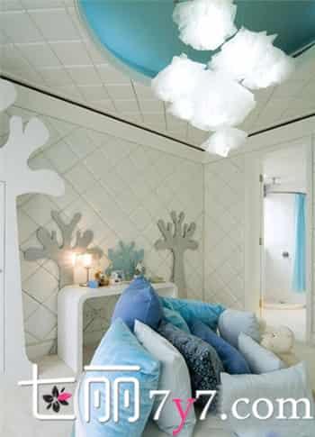 卧室风水 卧室装修设计 卧室装修效果图 蓝色顶部与白色大格纹吊顶让