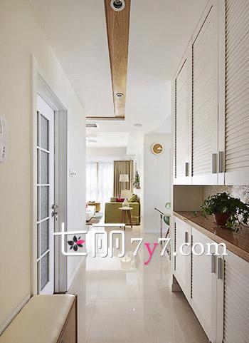 客厅玄关装修效果图一 在这个玄关的左手边是一个换鞋凳,里面还可以放东西,而右边则是极具设计感的百叶鞋柜,上下打造的柜子都可以放东西,而且中间的镂空设计,还可以装一些装饰物,简单的白色凸显出房屋的干净自然。  客厅玄关装修效果图二 家里拥有一个这样的玄关真的是美不胜收,色彩极为绚丽,同时还好丰富,凸显出迷人的玄关设计,彰显个性与青春的气息,在入门玄关处打造的小景致,给人一种很有情调的感觉。