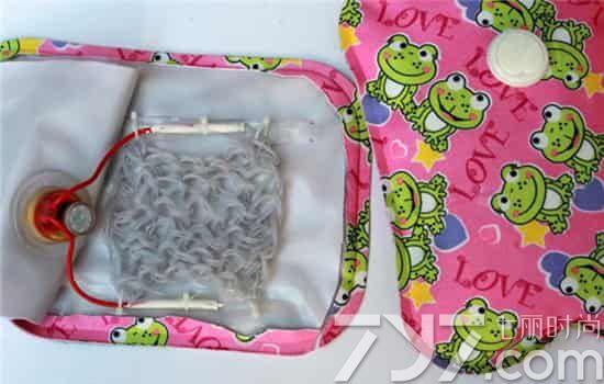 金属电极的热水袋有隐患 可以明显摸到两个金属电极的热水袋是电极式热水袋,这种热水袋如果温度控制器失灵,液体超过100后就会因气化而爆炸。所以为了避免对人体伤害,最好不买电极式热水袋。 尽管国家已禁止售卖电极式热水袋,但由于电极式热水袋的成本只有电热丝式的三分之一,两者无论从外形还是功效,差异并不明显,因此,电极式热水袋依然混水于市场中。 (相关链接:你在用的热水袋安全吗)