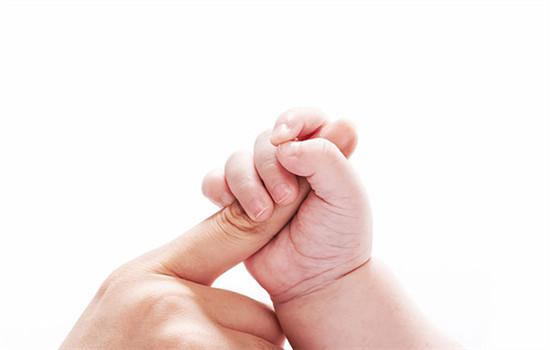 儿童手指甲上有白点怎么回事,小孩子手指甲上有白点怎么回事,小儿