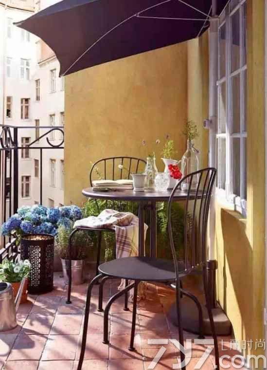 阳台装修效果图五: 这种类似铁艺户外桌椅的设计虽然看着不是特别出众,但却能轻易搭配出让人惊喜的效果,而且这款阳台装修比较好护理,有绿植,有玻璃花瓶、水壶和一条休闲毯,带来了满满的生活气息。  阳台装修效果图六: 只要肯发挥设计创造能力,就算是搭上随意搭配色彩鲜明的地毯,加上个性玩味的灯具,则让小小的阳台变得动感十足,配上原木餐桌椅,并且具备置物功能,让你的阳台整洁起来,让普通的阳台装修得非常有特色。  阳台装修效果图七: 温暖的阳光,静谧的空间,加上一盏合适的吊灯,立马让人感觉这片小天地非常温馨,加上座