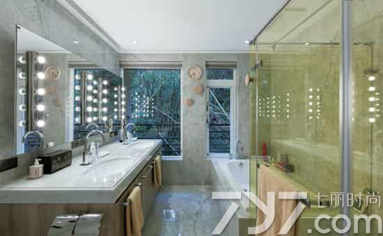 简欧风格装修效果图之卧室、浴室 卧室和浴室的装修是简欧型的,墙壁贴上木纹的壁纸,再挂上几幅典雅的画,尽显时尚感,侧面摆放欧式线板感的主卧衣柜,其实也是壁纸营造出来的,让单调的空间变得更具立体感和趣味性。 这个卫浴设计出来的效果看起来,时尚感十足,双台面的卫浴空间采用特殊灯光设计,加上花纹大理石地面和墙面的铺设,配上特殊的灯光设计以及明亮的方形大镜子,显得通透明亮,呈现出简欧的大气与雅致。