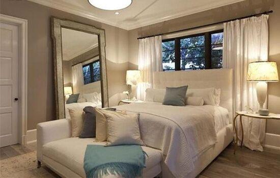 这款卧室装修的家居颜色搭配以白色为主调,白色的床,白色的窗帘