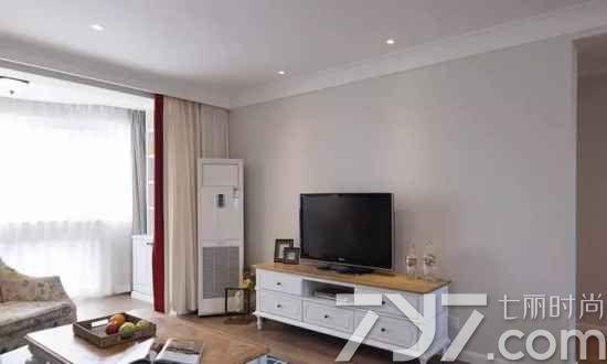 客厅电视背景墙和天花板都比较简约
