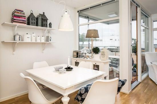 入户玄关处设计很简单,挂衣帽,放鞋子都可以,非常实用,又不占很多空间,右边的镜子也很方便,既可以当穿衣镜,还能放大空间视觉,显得大方又明亮。   欧式风格的客厅,是以白色调为主,沙发前摆放的地毯,黑白条纹与纯白家具给人一种欧式时尚前卫的感觉。   整个客厅采光效果极佳,还留有一个角落,打造了四面环景的阳光露台,看起来非常舒服,尽显欧式时尚。
