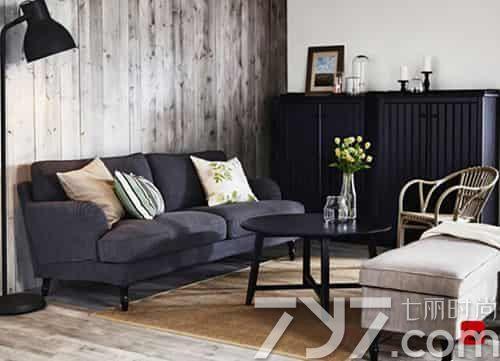 这款沙发背景墙是用纹理粗糙的木板铺贴墙面