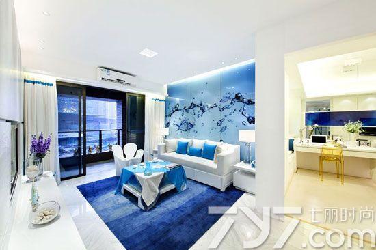 客厅的沙发背景墙面采用蓝色的水和蓝色的鱼做为装饰,仿佛鱼在水里很自由的游动,看起来非常舒服,能够深刻感到到海洋。而为了让整体空间有足够的采光度,选用了最明亮的白色做为基调,像白色的沙发、白色的窗帘、白色的台灯、白色的电视背景墙,都非常协调自然,搭配海洋的靛蓝,仿佛置身于一个海洋的世界。