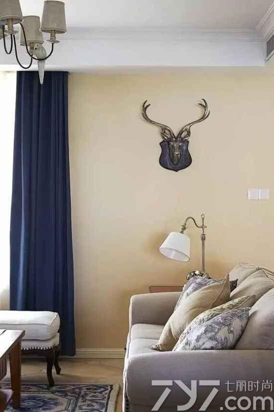 沙发下蓝色花纹的地毯也为客厅增添了不少色彩