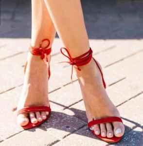 紅色涼鞋配什么衣服 走出夏日性感姿態