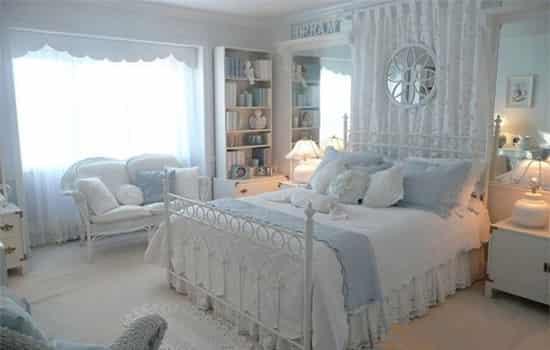 卧室装修点评:颜色跳跃的地板花样图案充满了阳光活力的感觉,仿佛走进这样的卧室就会立马带来好心情!各种甜美粉红色系元素点缀其间,让女生毫无顾忌的释放少女心。  卧室装修点评:深灰色扇叶吊顶让整间卧室都显得独特,再配上特别的公主床,充满梦幻色彩的田园风格非这间卧室莫属了!
