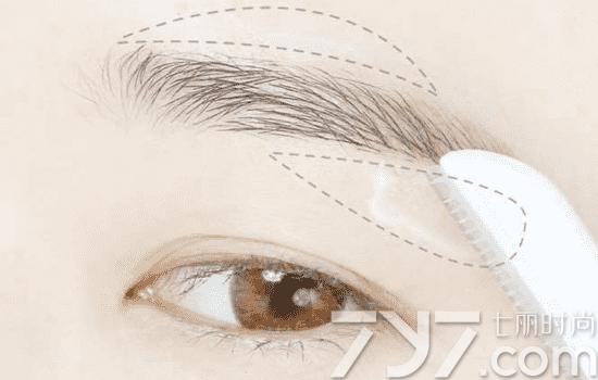 第四步:接下来整理这些毫毛,使用刮眉刀之前,涂上补水霜再刮,对皮肤的伤害会减小很多。  第五步:在线条外的眉毛用剪刀小心的剪掉,这样眉毛整理就结束了。找到适合自己脸型的眉形的话就修成那个,如果没有找到那就修成接近一字眉的形状,这样画起来会方便一些。  第六步:注意一下,左边的眉毛是两个月前,整理眉毛的时候可以整理一下下面的眉毛,虽然没有几根眉毛,但眉毛整体的感觉和脸整体的感觉变化好大。整体来看现在的眉毛正整洁利索一些,感觉变好看了。