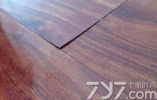 三、打蜡或更换地板 如果一段时间后,接缝处得鼓包下去了,但却与之前的地板原样相差太远,可以试着给地板打蜡,打蜡后的泡水地板基本会与原样相差无几。如果打蜡后地板颜色、形状与原状还是相差很大,那就只有局部更换地板了。 如果是实木地板,在尽量保持地板不变形的情况下将地板小心撬起,按井字型叠加摆放在通风处阴干,用其叠压产生的重量防止变形的发生,一般情况下对于质量较好的实木地板都可以再次使用。 如果是强化木地板,迅速拿掉地板的踢脚线,露出伸缩缝,靠伸缩缝将水汽散发完,根据渗水量大小不同,干燥起来通常需三至十天左