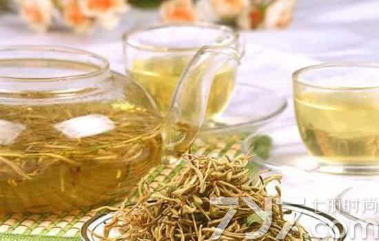 和绿茶茶包放入保温杯中,冲泡后,取汤汁加梅汁和蜂蜜,可以帮助消图片