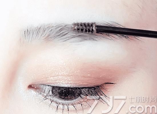 丰眉/第二步:用丰眉膏从眉中段向后刷,眉头的部分向上刷,完成。