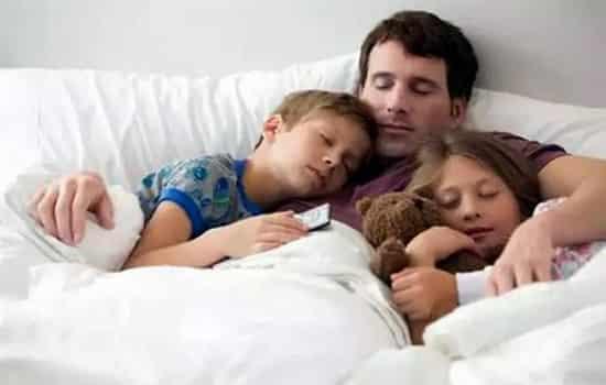 宝宝睡觉要注意别哄睡 当宝宝哭闹或睡不安时,你会不会将宝宝抱在怀里,或放入摇篮中不停地摇晃,直到宝宝入睡为止? 危害:摇晃会使宝宝未成熟的大脑与坚硬的颅骨相撞,造成小血管破裂,颅内出血,造成摇晃婴儿综合征,宝宝表现为癫病、智力受损、肢体瘫痪、弱视或失明,严重的还会引起脑水肿、脑疝而死亡。这种情况多发生于3岁以下的宝宝。 正确做法:让宝宝入睡可以轻轻地拍拍他的背,避免拥抱摇晃。对不愿入睡而哭泣的宝宝,你可以坐在他的床边,握着他的小手,直到他入睡。过几天后,你与宝宝保持一定距离,让他看得到你,以后再停留较短