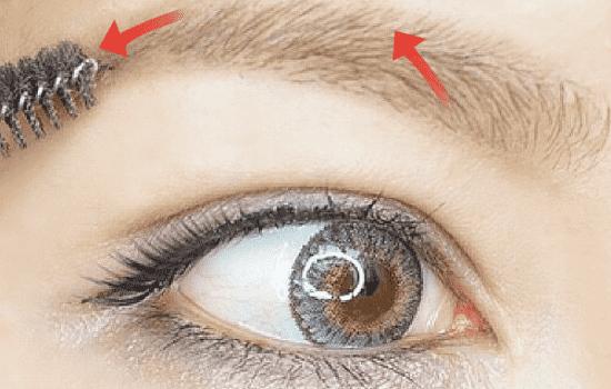 第四步:换一只灰色眉笔,拉长后的眉尾,如果只有浅色显得不真实,中间填灰色和原来的眉尾衔接。  第五步:反面的眉刷按眉流梳理,让色泽一致。  第六步:重点选择液体眉笔,可以画出又细又仿真的线条。眉头是重点勾画的对象,从下向上顺眉毛问题画出一道道的线条感。  第七步:到中间位置从上到下多加几笔,让颜色重一点,因为自然的眉形就是中间比较重。