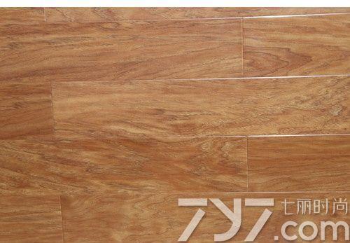 实木地板为红褐色,纹理清晰