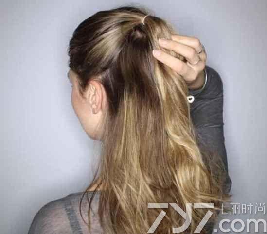 半丸子头效果图   发型点评:这是一款长发半丸子头发型,这种一半丸子头一半披肩长发的造型可是今年最流行发型,可扮萝莉可扮御姐,不管是出街、约会、聚会都很适用,美眉们千万不要错过。  准备工具   梳子 橡皮筋 透明橡皮筋 发夹 半丸子头扎发步骤    第一步:先用梳子将头发梳理通顺,然后将头发分成上下两部分,然后把上半部分的头发集中到脑后,大约耳朵位置处。    第二步:用橡皮筋扎头发扎成一个小马尾。    第三步:将小马尾分成两束头发,然后相互缠绕成一个辫子,并在发尾处绑一个透明橡皮筋固定。