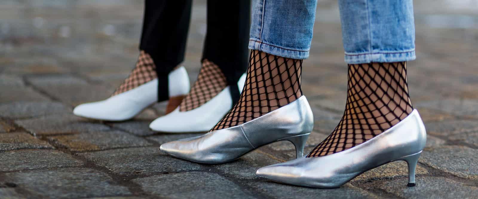 说好一起做良家少女,你们竟偷偷穿了渔网袜!渔网袜配什么鞋好看,帆布鞋?运动鞋?都没有搭配高跟鞋经典。