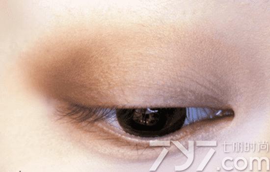第三步:   手指指腹沾取香槟金色眼影按压在黄色区域内,也就是眼球